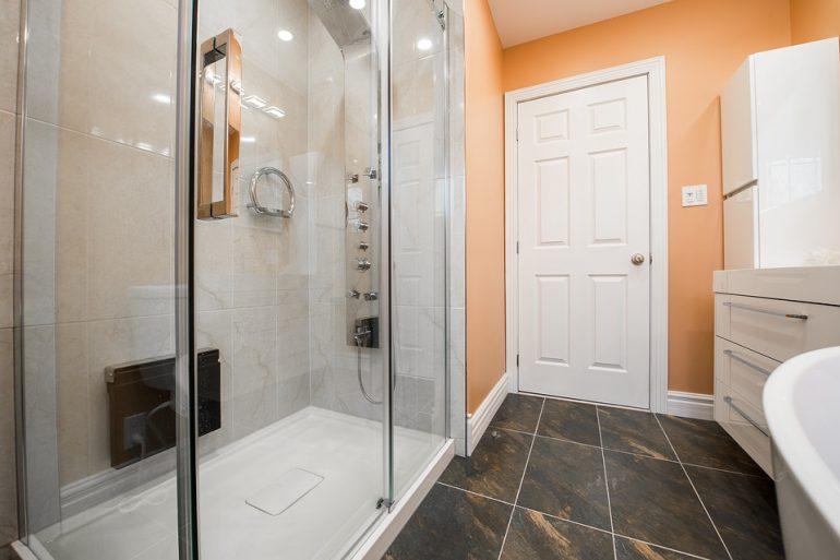 Doccia nel bagno moderno: tre idee creative