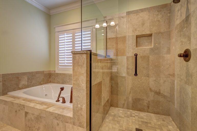 Come pulire con efficacia le piastrelle bagno