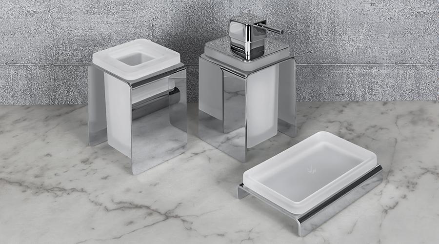 Accessori per il bagno serie Forever, Colombo. Finitura cromo e complemento in vetro acidato naturale.