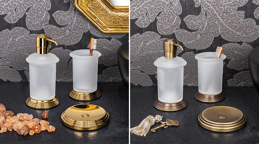 Accessori per il bagno serie Hermitage, Colombo. Finiture disponibili: cromo, HPS gold (oro), ottone antico, complemento in vetro acidato naturale.