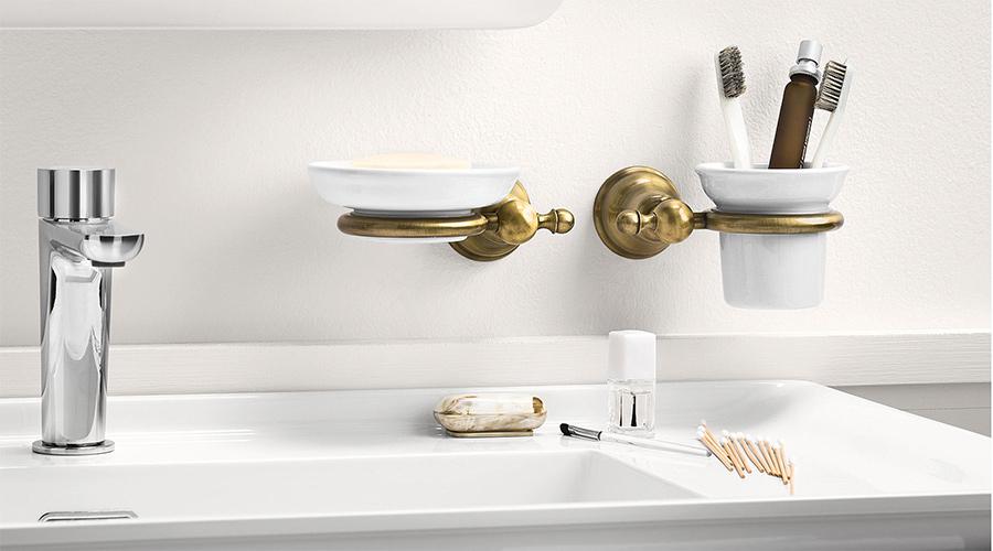 Accessori per il bagno serie Raffaella, Inda. Finiture disponibili: cromo, bronzo, vetro sanitato, ceramica bianca, dorato 24 carati.